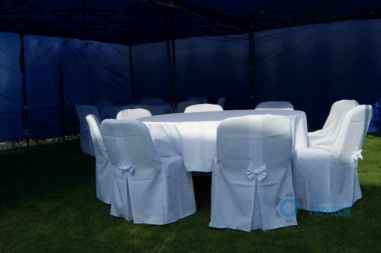 białe krzesła ślubne